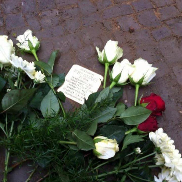 Stolperstein mit Blumen dekoriert in der Großbeerenstraße 152 zu Ehren von Fritz Schüler